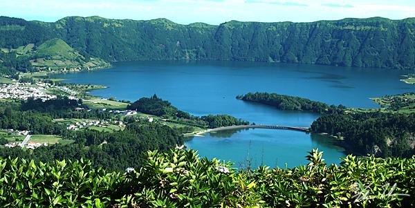 Live består inte bara på din gata, även på Azorerna mitt i Atlanten! Dessa tvillingsjöar visar också naturens hemlighet. Ingen har kunnat förklara deras olika färg,