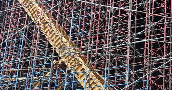 Livets byggstenar är likt dessa ställningar kring en skyskrapa i New York. Dess virrvarr bildar en stabil plattform för byggnadens färdigställande på höjden.