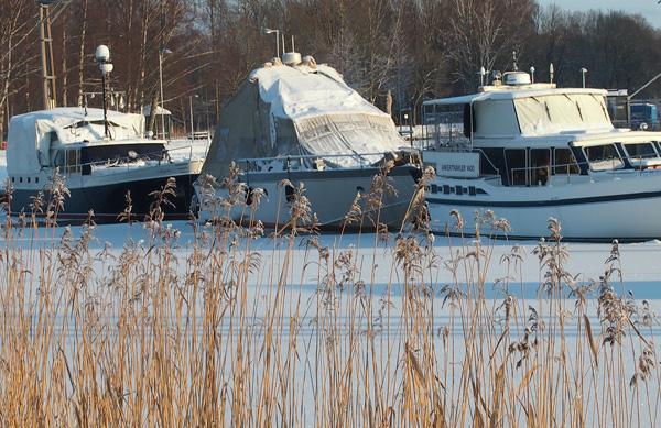 Likt dessa fastfrusna båtar kan livet också visas sig att man inte alltid är rätt där man stå för tillfället.